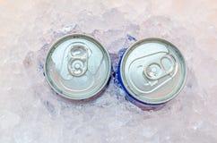 Chiuda su delle latte della cola in ghiaccio Immagine Stock