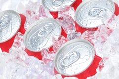 Chiuda in su delle latte di soda in ghiaccio Fotografia Stock