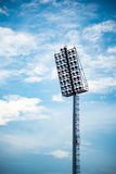 Chiuda su delle luci dello stadio con il fondo del cielo blu Fotografia Stock