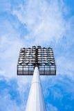 Chiuda su delle luci dello stadio con il fondo del cielo blu Fotografia Stock Libera da Diritti