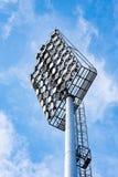 Chiuda su delle luci dello stadio con il fondo del cielo blu Immagine Stock Libera da Diritti