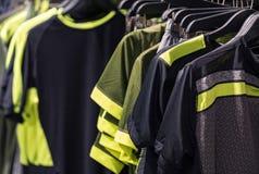 Chiuda su delle magliette di sport degli uomini che appendono sulla ferrovia Fotografie Stock