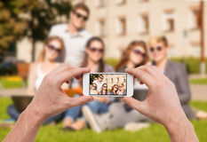 Chiuda su delle mani che fanno l'immagine del gruppo di anni dell'adolescenza Fotografia Stock Libera da Diritti