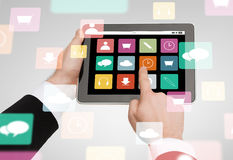 Chiuda su delle mani che tengono il pc della compressa con le icone di app Immagine Stock Libera da Diritti