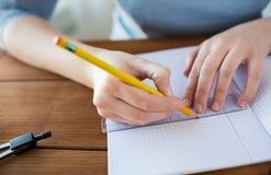 Chiuda su delle mani con il righello ed il disegno a matita Immagini Stock Libere da Diritti