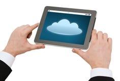 Chiuda su delle mani con l'icona della nuvola sul pc della compressa Immagine Stock