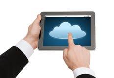 Chiuda su delle mani con l'icona della nuvola sul pc della compressa Fotografie Stock