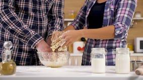 Chiuda su delle mani delle coppie che preparano la pasta per cuocere video d archivio