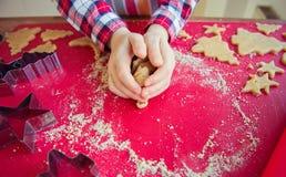 Chiuda su delle mani dei childs che producono i biscotti di natale fotografia stock libera da diritti