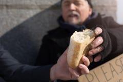 Chiuda su delle mani dei maschi che tengono il pane Immagine Stock Libera da Diritti