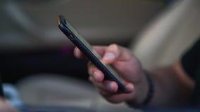 Chiuda su delle mani del ` s dell'uomo con lo smartphone archivi video