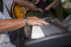 Chiuda su delle mani del ` s del giocatore di piano Fotografia Stock