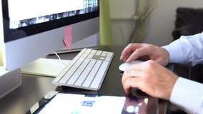 Chiuda su delle mani dell'uomo che scrivono su un tutto in una tastiera del pc archivi video