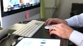 Chiuda su delle mani dell'uomo che scrivono su un tutto in una tastiera del pc video d archivio