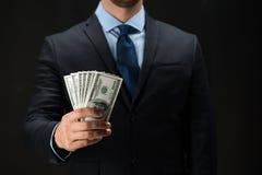 Chiuda su delle mani dell'uomo d'affari che tengono i soldi Fotografie Stock