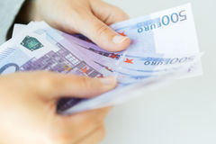 Chiuda su delle mani della donna che contano gli euro soldi Fotografie Stock Libere da Diritti