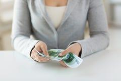 Chiuda su delle mani della donna che contano gli euro soldi Immagini Stock