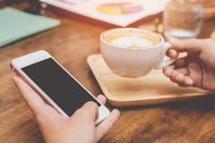 Chiuda su delle mani della donna che tengono il contatto del telefono cellulare con lo spazio in bianco della copia per il vostro immagini stock libere da diritti