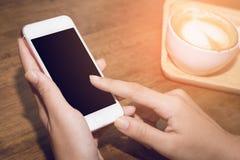 Chiuda su delle mani della donna che tengono il contatto del telefono cellulare con lo spazio in bianco della copia per il vostro fotografie stock libere da diritti