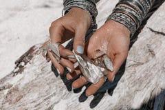 Chiuda su delle mani della donna che tengono le pietre magiche Fotografia Stock Libera da Diritti