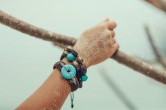 Chiuda su delle mani della donna con gli accessori di boho Fotografie Stock