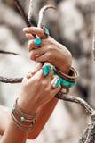 Chiuda su delle mani della donna con gli accessori di boho Fotografia Stock Libera da Diritti