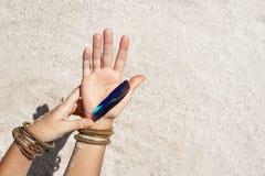 Chiuda su delle mani della donna con i accessorories di boho all'aperto Fotografia Stock Libera da Diritti