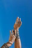 Chiuda su delle mani della donna con i accessorories di boho all'aperto Fotografie Stock
