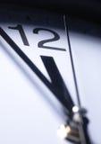 Chiuda in su delle mani di orologio Fotografia Stock