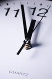 Chiuda in su delle mani di orologio Immagini Stock