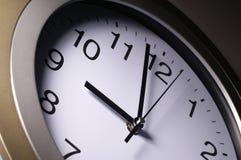 Chiuda su delle mani di orologio Fotografie Stock Libere da Diritti