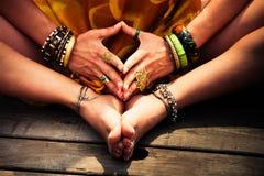Chiuda su delle mani e dei piedi della donna nella posizione di yoga fotografia stock libera da diritti