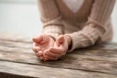 Chiuda su delle mani femminili che sono tenute insieme immagine stock