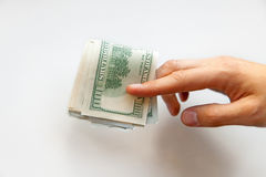 Chiuda su delle mani maschii con soldi Cento dollari Fotografie Stock