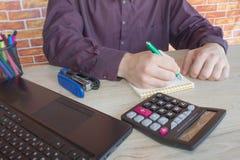 Chiuda su delle mani maschii sulla sua tastiera del ` s del calcolatore La seconda mano dentro sul touchpad Concetto del lavoro d Immagine Stock Libera da Diritti