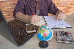 Chiuda su delle mani maschii sulla sua tastiera del ` s del calcolatore La seconda mano dentro sul touchpad Concetto del lavoro d Fotografie Stock