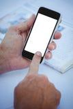 Chiuda su delle mani maschili facendo uso dello smartphone fotografie stock