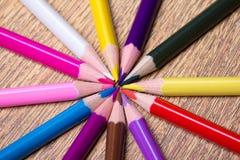Chiuda su delle matite del disegno di colore sulla tavola di legno Immagini Stock