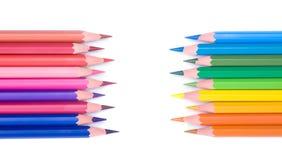 Chiuda in su delle matite di colore con colore differente Immagini Stock