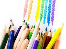 Chiuda su delle matite di colore con colore differente sopra backgr bianco Immagini Stock Libere da Diritti