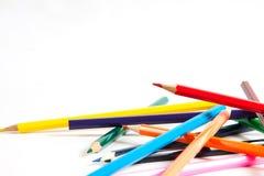 Chiuda su delle matite di colore con colore differente sopra backgr bianco Immagini Stock