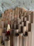 Chiuda su delle matite identiche della grafite e di un Cr rosso differente Immagine Stock