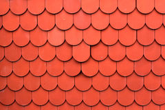 Chiuda su delle mattonelle rosse di struttura del tetto per fondo Fotografia Stock