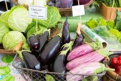 Chiuda su delle melanzane organiche fresche al mercato degli agricoltori Fotografia Stock