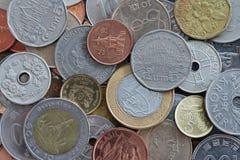 Chiuda su delle monete internazionali Fotografia Stock