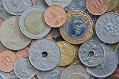 Chiuda su delle monete internazionali Immagine Stock Libera da Diritti