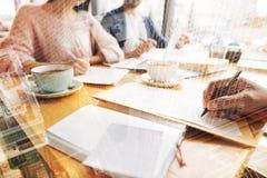 Chiuda su delle note e dei libri di esercizi sulla tavola Immagine Stock