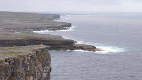Chiuda su delle onde che si schiantano sulle scogliere, le isole di Aran, Irlanda stock footage