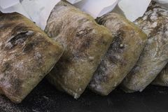 Chiuda su delle pagnotte di pane di recente al forno al mercato Fotografia Stock Libera da Diritti