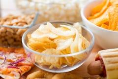Chiuda su delle patatine fritte croccanti in ciotola di vetro Fotografia Stock Libera da Diritti